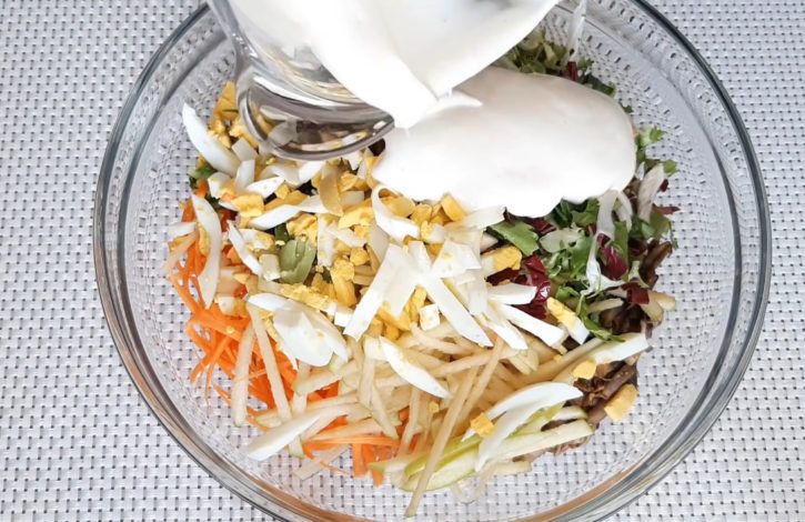 vylivaem-zapravku-v-salat