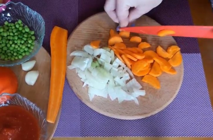 3-rezhem-luk-i-morkov