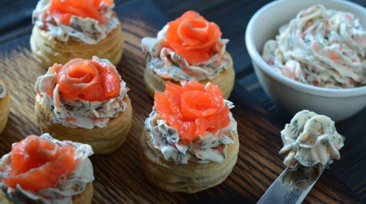 Тарталетки с красной рыбой и сливочным сыром